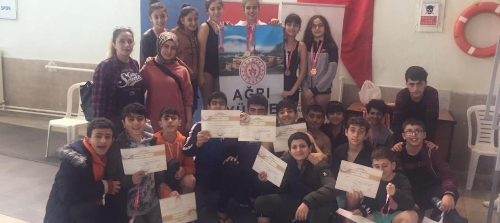 Ağrı Kız-Erkek Yüzme Takımlarından 55 Madalya