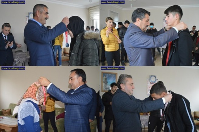 Eleşkirt'te Masa Tenisi Turnuvasında Dereceye Girenlere Madalya Verildi