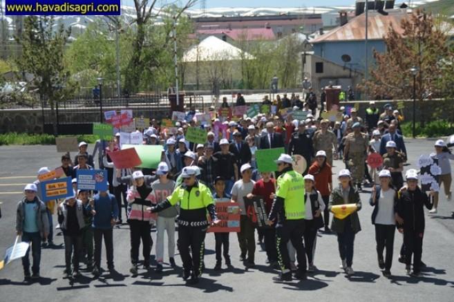 Eleşkirt'te Öğrenciler Sloganlar Atarak Yürüyüş Yaptı