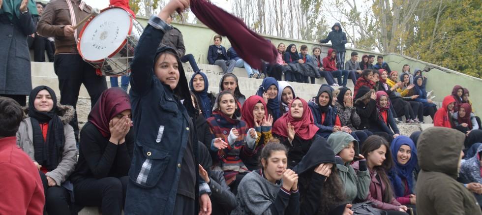 Liseler Arası Futbol Maçına Kız Taraftarlar Damga Vurdu