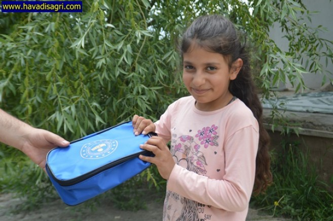 Vefa Sosyal Destek Grubu Çocuklara Kitap Ve Sağlık Kiti Dağıttı